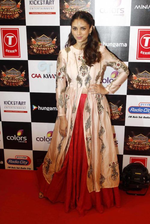 Aditi Rao Hydari at Gulshan Kumar Tribute : Aditi looked lovely wearing Saakshi & Kinni outfit with Jimmy Choo shoes. Her hair and makeup was fine. Adorably pretty!
