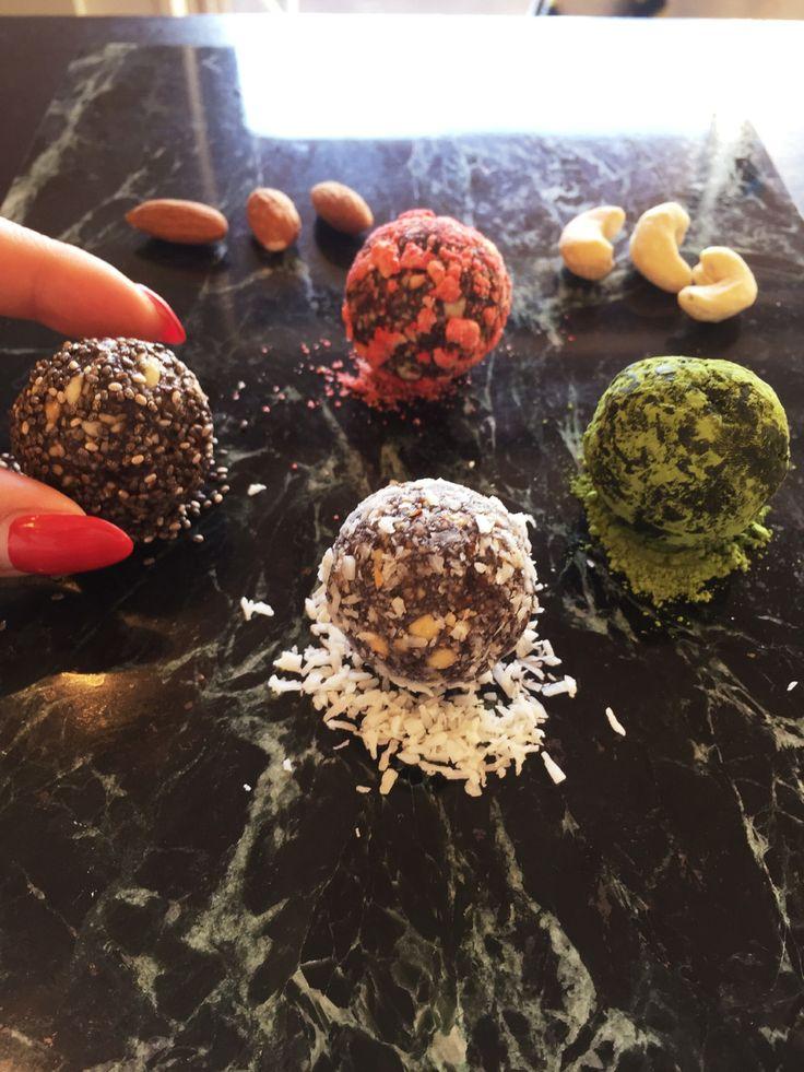 ローフード☆ビューティーエナジーボール  栄養素を熱で壊さず摂取できるロー・エナジーボール。手作りおやつとしてお子様にも☆食べ過ぎはカロリーオーバーですのでご注意    材料 (5〜6粒) 無塩ナッツ類(味付けされていないもの) トータル100g程になるようお好みで配合 ■ カシューナッツ、マカダミア、アーモンド、クルミなとがオススメ オートミール 2/5カップ チアシード ティースプーン一杯 ココナッツチップ 適量 ドライフルーツ☆お好みのもの 適量(なくてもOK) ココナッツシュガー 小さじ1杯 ココアパウダー☆出来ればブラックココアパウダー 小さじ1.5 ハチミツ☆あればローハニー 大さじ1 ■ コーティング用 ■ チアシード、ココナッツロング、フリーズドライフルーツ、ココアパウダー、抹茶パウダーなど