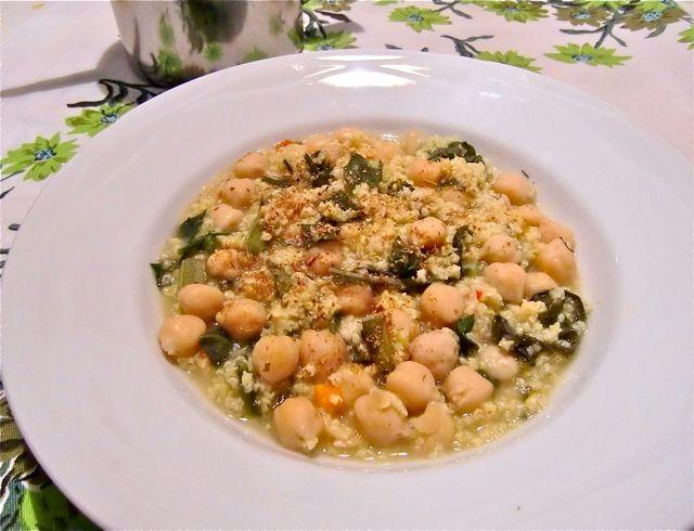 La minestra di miglio con ceci ed erbe di campo è un buon primo piatto per chi vuole mantenersi leggero e non vuole rinunciare al gusto.