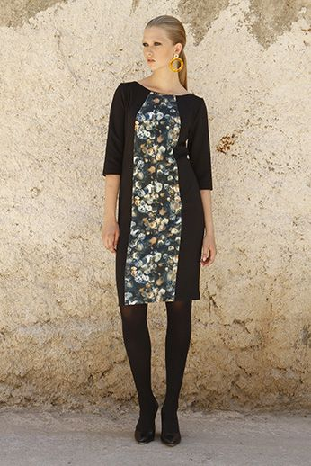 Up to the knee dress with elastic vertical strip of beautiful flowers stamped hugging silhouette and conceals the imperfections of every woman