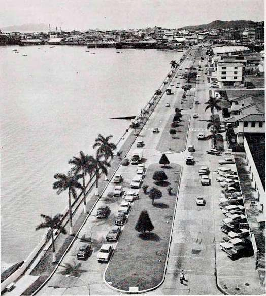 Avenida Balboa con Malecón completada hasta la Embajada de Estados Unidos, finalmente hasta Paitilla en 1957. Foto de 1965.
