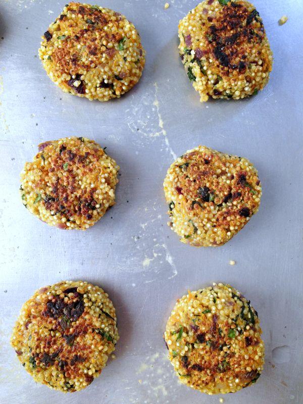 Galettes de quinoa aux légumes vegan  150 g quinoa 2 carottes 1 poignée d'épinards frais (50 g environ) 1 oignon rouge 2 gousses ail 1 càs huile de coco Persil 40 g farine de riz 30 g fécule Sel, poivre 2 càs huile d'olive ou 1 càs purée d'olégineux (cacahuète, cajou, sésame)