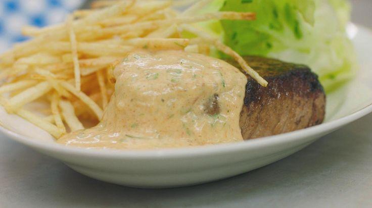 Biefstuk-friet laat zich altijd smaken. En dan lust de Vlaming daar het liefst een lekkere saus bij. De beroemde choronsaus is een getomateerde béarnaisesaus. En niets gaat boven een pan met verse saus: eerlijk, rijkelijk en huisgemaakt. Serveer zo'n klassieke steak choron met fijne frietjes en kropsla.