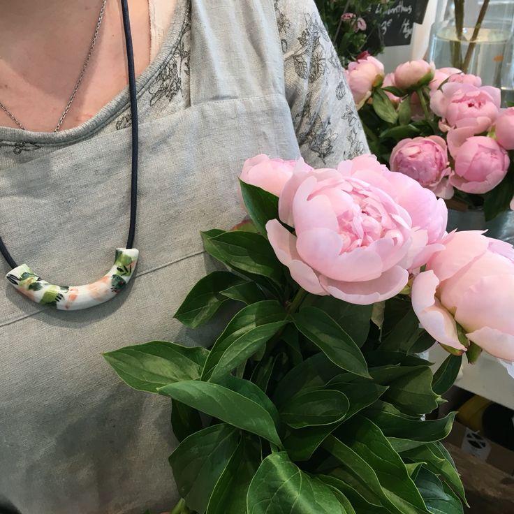 """J-6 ! Cette semaine l'équipe partage avec vous ses coups de cœurs cadeaux ! Et c'est Elise qui commence !  Avec les pivoines, ce joli collier en céramique crée par Elise Lefebvre ravira certainement nos mamans ! A découvrir en boutique avec le reste de la collection """"Jardin Merveilleux"""". L'incontournable collier de nouilles n'a qu'à bien se tenir !!! #montreuil #faitmain #céramique #eliselefebvre #fleuriste"""