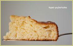 Appel-yoghurtcake met minder suiker: 4 appels 300 gr zelfrijzende bloem 1 tl bakpoeder 100 gr suiker 1 zakje (8 gr) vanillesuiker (of vanilleextract) 3 eieren 75 ml plantaardige olie 250 ml magere yoghurt (ik heb de Griekse yoghurt van het merk Delhaize genomen)