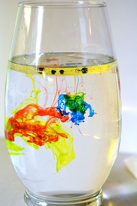 Este fogos de artifício em uma experiência de vaso foi uma atividade científica muito fácil!  Você vai ter brilhantemente coloridas raias e linhas de cor.