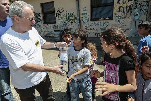 Od začiatku katastrofy sa OZ Človek v ohrození angažovalo vo viacerých projektoch na pomoc postihnutým ľuďom. Vyhlásili sme zbierku, naša pracovníčka navštívila postihnuté oblasti, zastrešili sme benefičný koncert. Doteraz sme vyzbierali cca 6.500 eur, ktoré proporcionálne použijeme pre pomoc v Srbsku a v Bosne a Hercegovine.