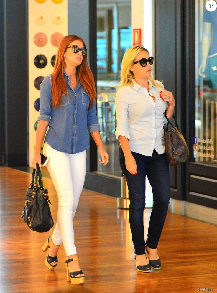 Marina Ruy Barbosa usa óculos espelhados durante passeio com a mãe neste domingo, dia 23 de janeiro de 2016