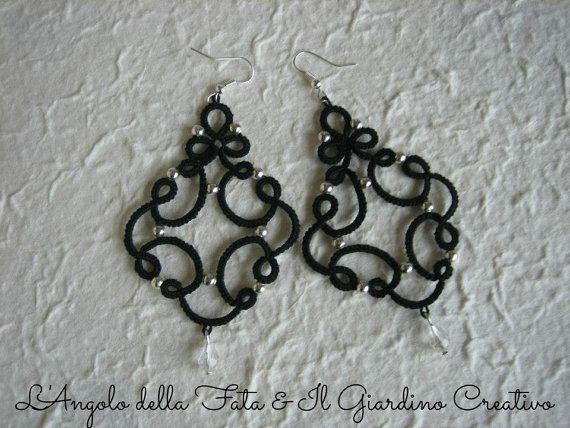 Boucles d'oreilles « Marie » tatted de coton noir, métal peu perles et pendentif en cristal.