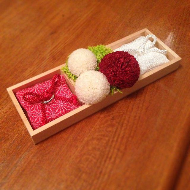 手作りリングピローにしゅんちゃんにピンポンマムでブリザードフラワー入れてもらいました!  赤いピローはヤスカ作製 白いピローはタツマ作製w  木枠は#seria 布は#ホーマック #激安
