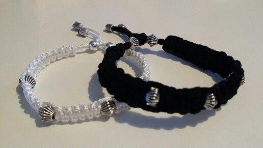 Vitt band i nylon & svart band i fuskmocca, båda med mellandelar.