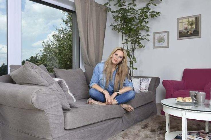 Modelka Simona Krainová túžila po víkendovom domčeku, z ktorého by mali jej synovia len na skok do prírody. S rodinou tak zakotvila v srdci Stredných Čiech.