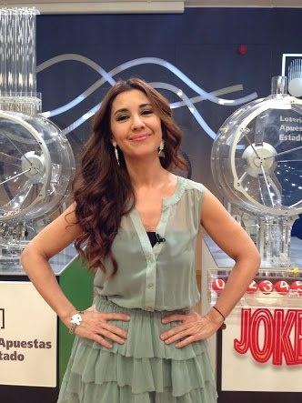 #SilviaSalgado presentando el microespacio de #Loterias en #TVE con vestido de #RosaPalo y complementos de #NatureBijoux. #PR #Madrid #fashion #tv #game
