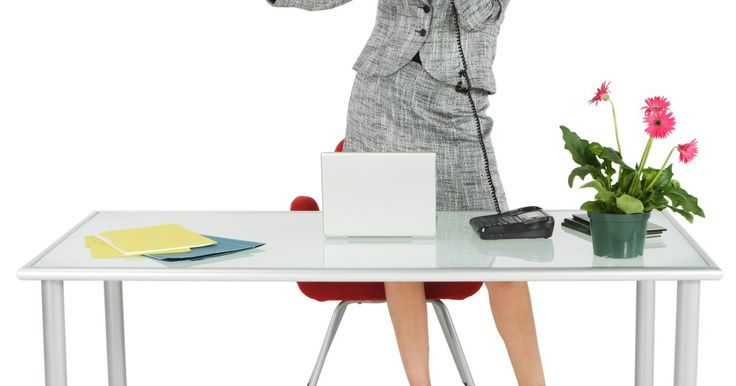 """Como se vestir para uma entrevista de emprego para recepcionista. As recepcionistas normalmente são responsáveis por cumprimentar os clientes que chegam, atender telefonemas, fornecer informações, lidar com correspondências, agendar e coordenar outras atividades para atender as necessidades específicas da empresa. Como as recepcionistas ficam na """"linha de frente"""", sua aparência pode ser um fator crucial em uma ..."""