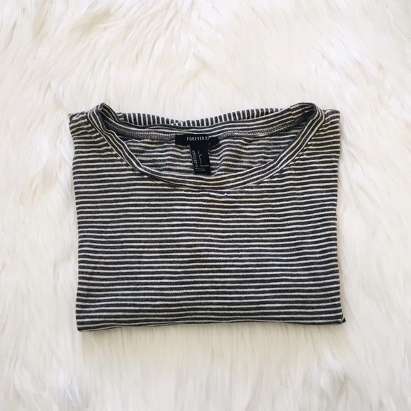 ❁ STRIPES LOOSE CROP TOP ❁ fits a size M because it's loose :) Forever 21 Tops Crop Tops