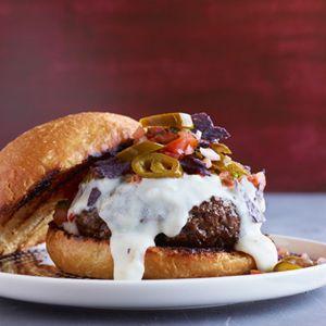 Nacho Burgers  Les meilleurs burgers gastronomiques pour une 4ème of Juillet Cookout  Pour créer ces hamburgers fumé, légèrement épicés, Bobby Flay se est inspiré d'un autre bar favori alimentaires - nachos - et a apporté les deux ensemble dans une gâterie savoureuse.