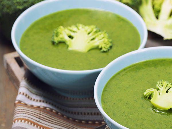 Krämig spenat- och broccolisoppa med ägg och bacon