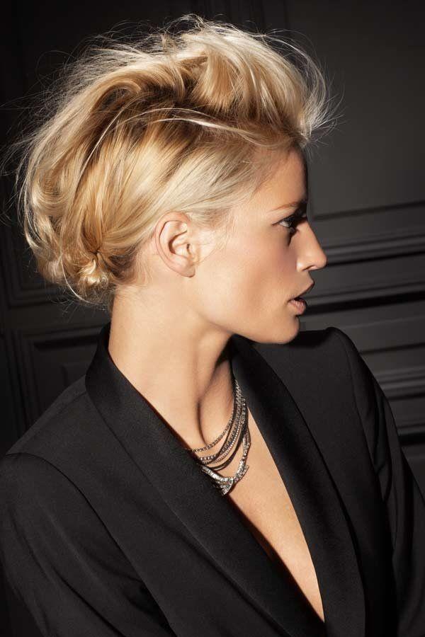...die seitlichen Haare werden etwas strenger nach hinten genommen und dann, zusammen mit den restlichen von oben, mit Haarnadeln am Hinterkopf festgesteckt.