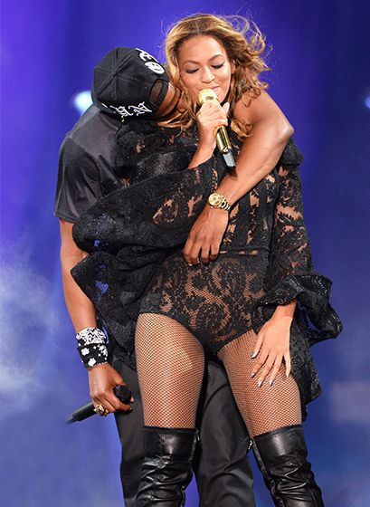 Beyonce and Jay Z got cozy while performing during their On the Run tour at MetLife Stadium. Adorable!