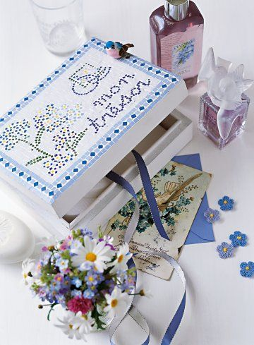 Boîte en bois recouverte d'une mosaïque au motif de fleurs bleues