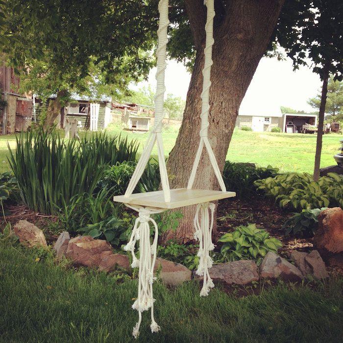 Marvelous Schaukel selber bauen aus einem Brett und zwei Seilen im Garten mit gro em Baum