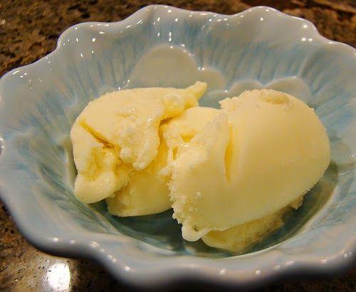 Cuisine maison, d'autrefois, comme grand-mère: Crème glacée au Champagne ou vin blanc liquoreux, arôme citron