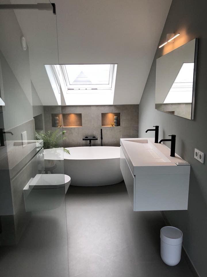 Einfache Einrichtung der Badewanne im 1. Stock und Farbenspiel zwischen grauen und weißen Wänden