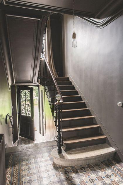 Une cage d'escalier gris réglisse