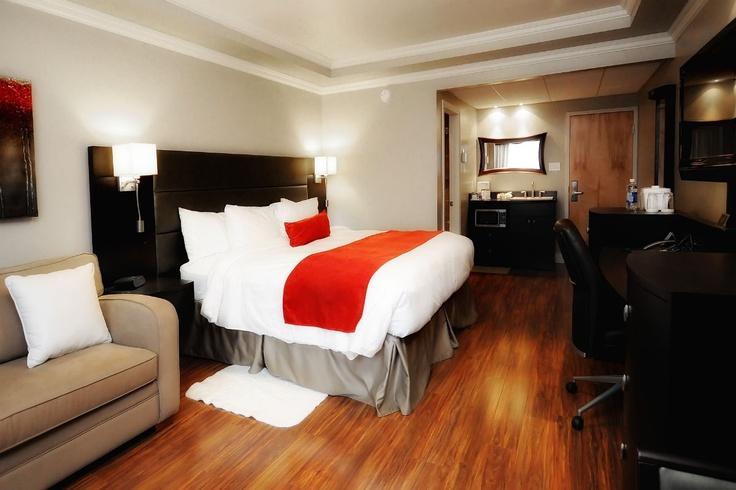 L'Hôtel & Suites Le Dauphin est un établissement hôtelier 4 étoiles de 120 chambres. Ce centre d'affaires peut accueillir des groupes de 5 à 500 personnes. Le restaurant Globe-Trotter offre déjeuner, dîner, souper et tables d'hôtes à prix raisonnables. Plusieurs forfaits saisonniers sont disponibles. Un centre de santé avec une piscine intérieure, un spa et une salle d'entraînement sont à la disposition de la clientèle.  www.le-dauphin.com