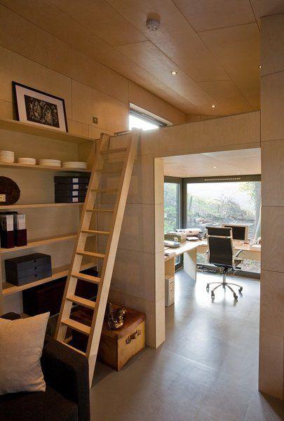 Le studio peut intégrer un espace couchage en mezzanine de 4 m² pour un modèle à toiture monopente.  L'intérieur est toujours nappé de bois, tel un cocon douillet en contreplaqué de bouleau avec échelle fabriquée dans le même matériau.