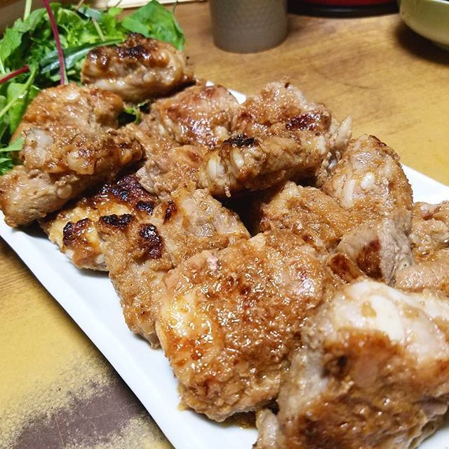 今日の夕食 豚軟骨肉のスタミナ焼き  豚軟骨肉を、すりおろした玉ねぎと生姜を混ぜ合わせた醤油に漬け込みました おかげで一口噛んだ瞬間、とんでもなく柔らか~い! 肉汁が、ジュワッジュワ!  #料理 #おかず #おつまみ #肉 #豚肉 #豚軟骨肉