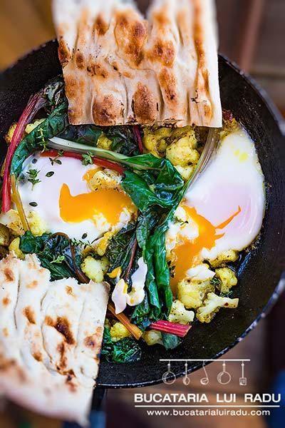 Poate din titlu se intelege conopida cu oua. Dar nu. Sunt oua cu conopida. Cu arome de curry si chimion, cu caldura de la ardeiul iute. Incercati si voi.