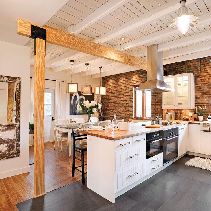 Délimitée par de grands carreaux de porcelaine de 24 po x 12 po au look ardoise, cette spacieuse cuisine en L se trouve à la confluence de deux courants. Ses accents champêtres s'affichent sur les armoires au fini lambrissé, sur les poutres porteuses en bois et sur le mur de fausses briques. Son côté «usé» (shabby en anglais) apparaît dans les solives récupérées et repeintes en blanc du plafond ainsi que dans le mobilier à l'allure victorienne de la salle à manger...