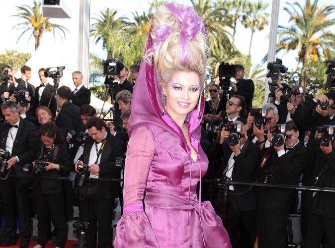 Elena Lenina, ancienne candidate de la téléréalité Nice People, a choisi une tenue un peu exotique pour monter les marches. Si l'on peut saluer l'audace d'un tel choix, on ne peut que constater que le résultat est vraiment hasardeux…