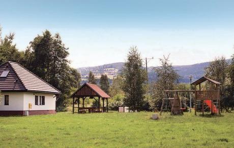 Mirsk  Prachtig vakantiehuis in een rustige omgeving op ongeveer 6 km van het beroemde kuuroord Swieradow Zdroj (Bad Flinsberg). Het is gelegen op een gezamenlijk grondstuk met huis PL-1715. Tussen de huizen is er een overdekte barbecuehuis waar u kunt aangename avonden met vrienden zult hebben. Nabij het huis stroomt een beek. Dit vakantiehuis biedt tal van wandelpaden en sportactiviteiten in de buurt en deze maken van uw vakantie in de winter en in de zomer een ware droom.  EUR 510.00…