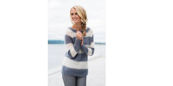Påfugl-garnet som brukes til denne genseren fås i flere fargenyanser. Vi holder en knapp på denne nydelig grå-blå-fargen sammen med naturhvit.