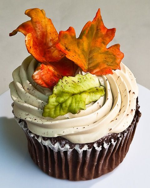 Falling Autumn Leaf Decorating Wedding Cupcakes - http://www.latestweddingtips.com/beauty-and-fashion-ideas/falling-autumn-leaf-decorating-wedding-cupcakes.html
