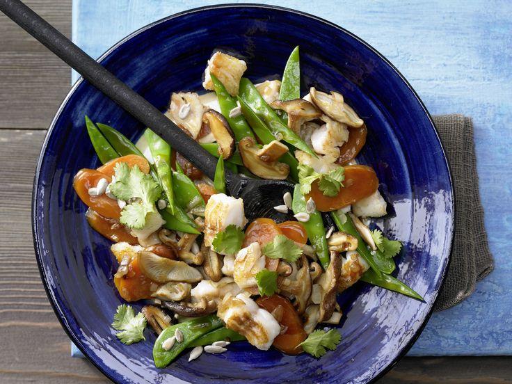 Geht schnell und schmeckt gut: Zander-Gemüse-Pfanne - mit Shiitakepilzen   Kalorien: 387 Kcal - Zeit: 35 Min.   eatsmarter.de