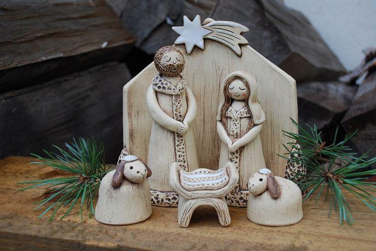 Keramický betlém Keramický betlém ze šamotové hlíny, částečně glazován. Ručně modelován. Zdarma svícen na čajovou svíčku. Výška:J.- 13,5 cm, M.- 11,5 cm,Ježíšek -4 cm, salaš -15,5 cm.