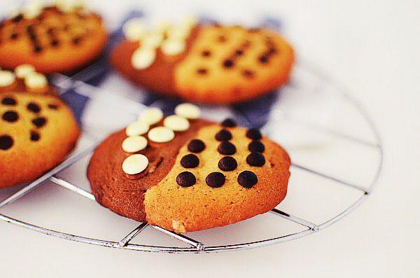 Τα πιο μαγικά, μαλακά, δίχρωμα μπισκότα που λιώνουν στο στόμα! Το μυστικό είναι φυσικά στη μαύρη ζάχαρη αλλά και στο ελάχιστο ψήσιμο!  Υλικά 120 γραμμάρια βούτυρο 60 γραμμάρια μαύρη ζάχαρη 60...