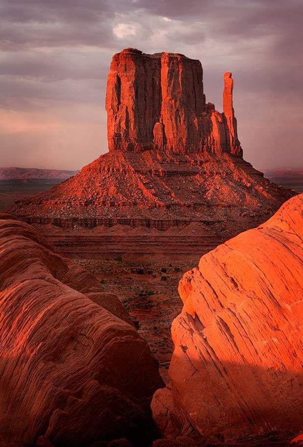 Monument Valley, dans l'Utah, Le site de Monument Valley s'étire entre l'Arizona et l'Utah, sur le territoire des indiens Navajos. Ces formations rocheuses spectaculaires causées par l'érosion ont servi de décor dans des films de western de John Ford et Sergio Leone. Voir l'épingle sur Pinterest / Via kimashleyphotos.com