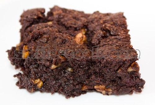 Эти пирожные настолько восхитительны, что создается впечатление, что во рту мягкая, рыхлая, сочная шоколадка, а не пирог. Для любителей шоколада - незаменимый десерт. Главное взять хороший шоколад - он задает тон всему вкусу. Вкусно подавать брауни со сметаной, она слегка разбавляет сладость и оттеняет вкус шоколада.