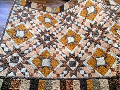 Покрывало лоскутное стеганое 1,5 сп. `Домашний очаг` Пэчворк Квилтинг. Традиционное покрывало (одеяло) ручной работы выполнено в технике шитья из лоскутов.   Покрывало на полутороспальную кровать, диван.  Выполнено из специальных тканей для пэчворка (лоскутного шитья) пр-ва США и Япония,…