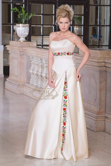 650 Kalocsai Solid Embroidery Decorated Wedding Dress