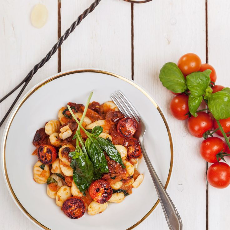 Gluten-free gnocchi with tomato sauce•200g millet dough Nominal•300 ml water•1 can of tomatoes•100g prosciutto•50g Pecorino•2 garlic•basil•oregano•Pepper, salt, oil.Gnocchi: Mix the dough and water, let it stand for 10 minutes, slice and cook 5 minutes. Sauce: In olive oil fry the garlic, ham, oregano and tomatoes.All ingredients simmer, add the basil, stir gnocchi and sprinkle with pecorino.