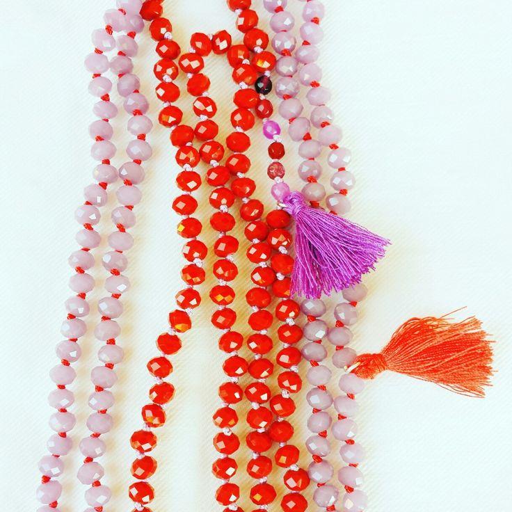 Collana di media lunghezza - cristalli, nodi e nappine. Abbinamento Rosso/Vioka