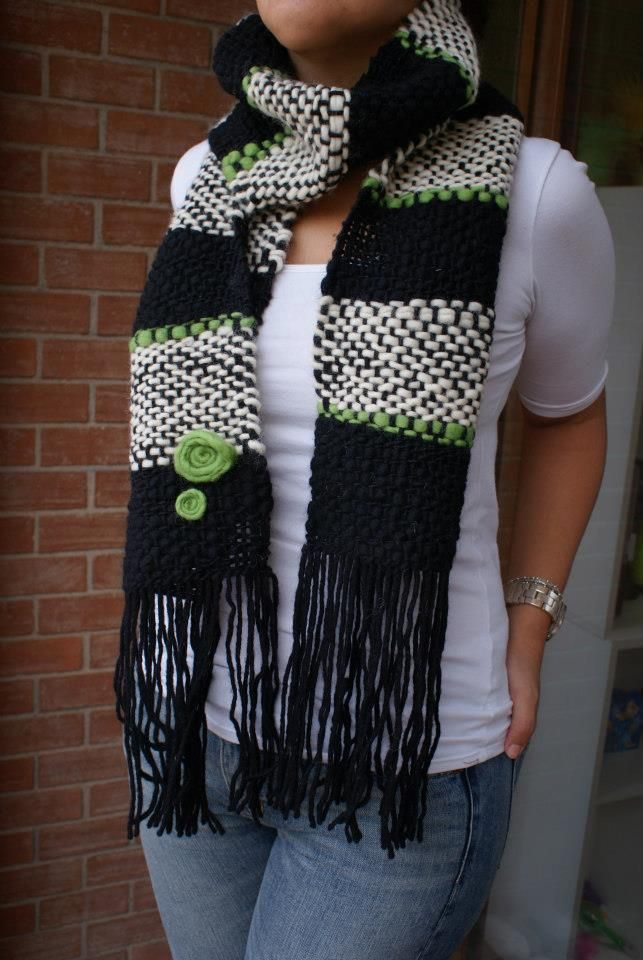 Bufanda negra/ blanca con detalles en verde