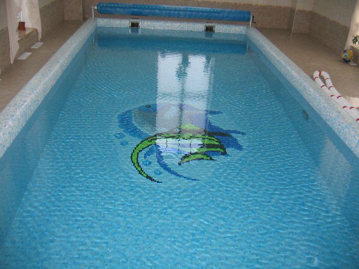 Скиммерный бассейн облицованный мозаикой с плавающим защитным покрывалом.