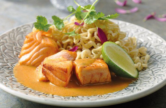 Thailändsk lax med smak av röd curry och kokosmjölk - snabbt fixat | Servera med nudlar