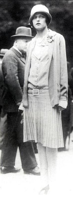 Chanel - Tailleur en jersey - taille basse - jupe plissée - chapeau cloche…